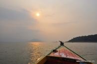 perahu meluncur di tengah danau