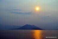 matahari terbenam di danau