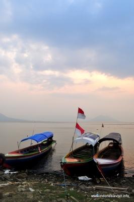 kapal penumpang keliling danau