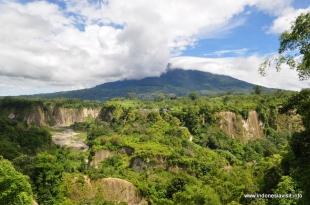 Ngarai Sianok dengan latar belakang gunung Singgalang